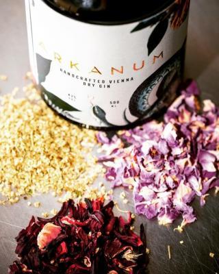 Der ARKANUM Gin wird aus einer feinen Auswahl von 100% natürlichen Botanicals gezaubert. Zu den Hauptdarstellern zählen Wacholderbeeren, Hibiskusblüten, Damaszener Rosenblüten, Holunderblüten, rote Trauben, Hagebutten und Cedri-Zironen. Die übrigen