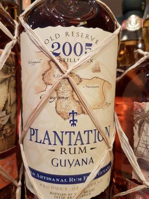 Seine Herkunft ist die berühmte Region Démerara am Atlantischen Ozean. Nach einer sehr langen Fermentation und einer Pot Still-Destillation, typisch für Guyana-Rums, reifte dieser Rum einige Jahre in gebrauchten Bourbon-Fässern
