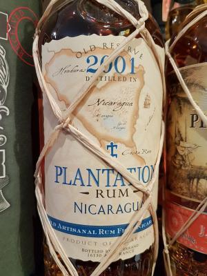 Nach einer kurzen Fermentation und einer Destillation im Column Still lagerte dieser Rum9 Jahre in Bourbon-Fässern in Nicaragua und danneinige Zeitin ausrangierten Cognac-Fässern in den kühlen Kellern von Château de Bonbonnet, Ars/Cognac.